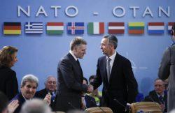 Le ministre des affaires étrangères du Monténégro et le secrétaire général de l'OTAN en décembre 2015.