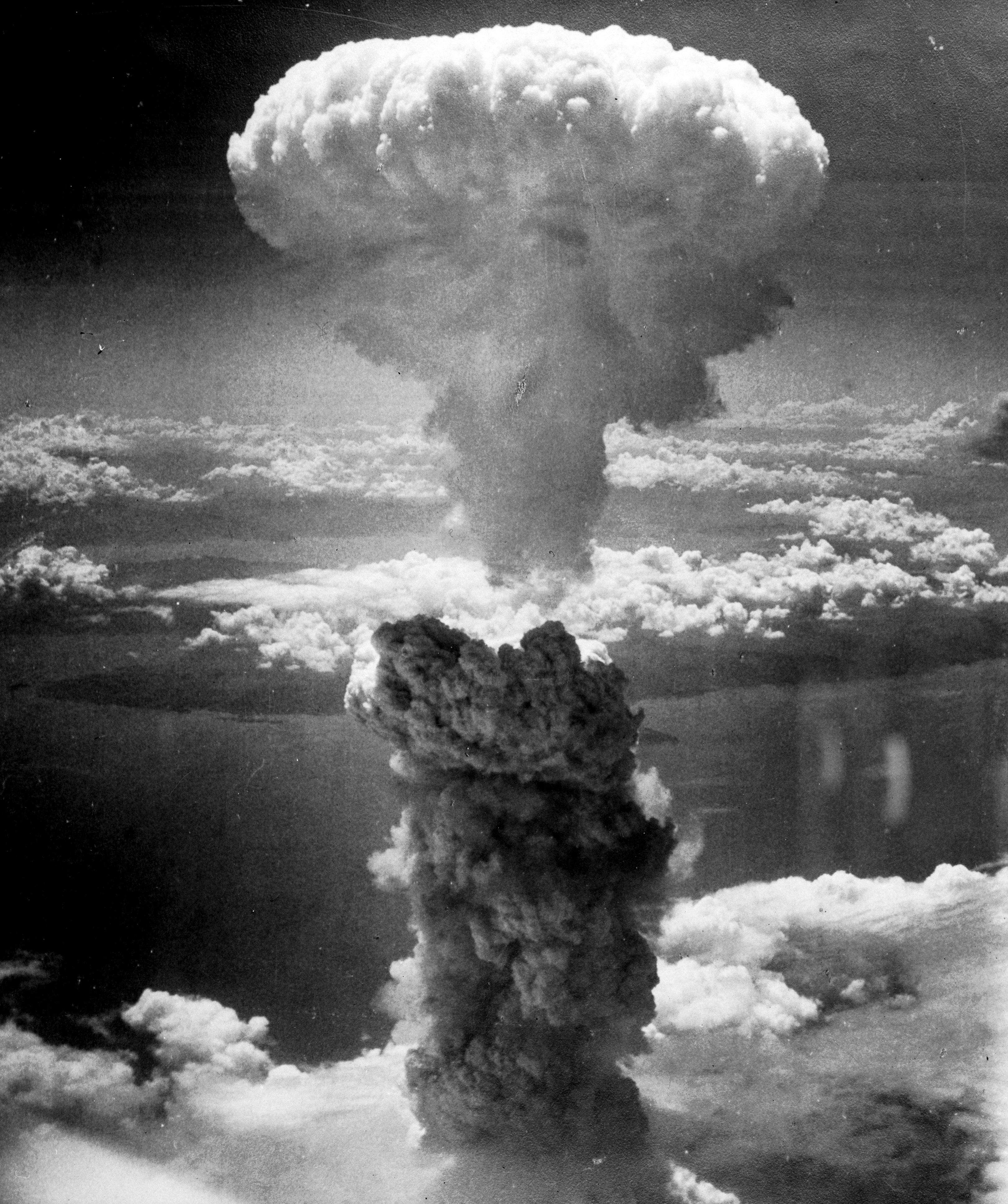 """Nuage champignon causé par l'explosion de la bombe atomique """"Fat Man"""" le 9 août 1945, sur la ville de Nagasaki (Japon), par l'armée américaine."""