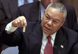 Colin Powell (Secrétaire d'Etat des Etats, 2001-5) tenant une fiole d'anthrax. Il cherchait alors à convaincre le Conseil de Sécurité des NU que l'Irak possèdait des ADM.