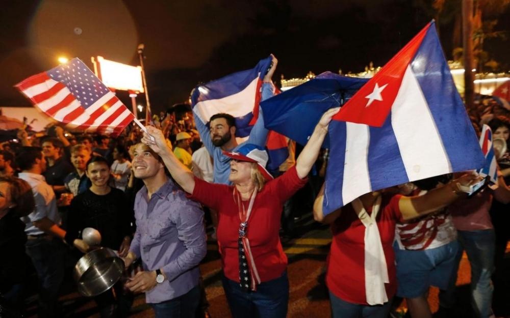 Les Cubains de Miami fêtent la mort du dictateur Castro.