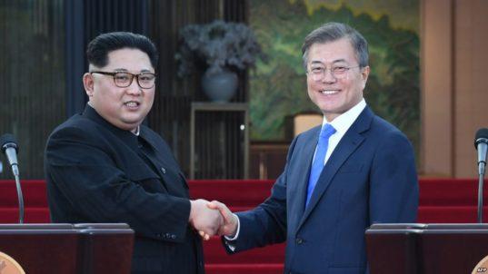Rencontre historique entre Moon Jae In et Kim Jong Eun lors du premier sommet inter-coréen depuis 11 ans.