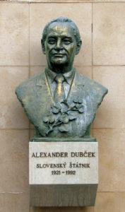 En 1968, Alexander Dubcek met en œuvre son programme intitulé le « socialisme à visage humain » dans le cadre du Printemps de Prague, pour libéraliser son pays.
