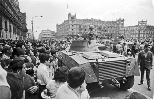 Le 2 octobre 1968, le gouvernement mexicain envoie l'armée pour réprimer une manifestations étudiants. Des centaines de jeunes mexicains sont tués, blessés ou emprisonnés.