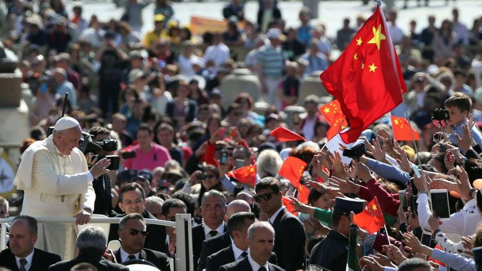 Des fidèles chinois saluent le pape François