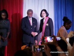 Tsai Ing-wen reçoit l'ordre du Belize des mains du gouverneur général Sir Colville Young