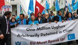 Des manifestants ouïghours à Bruxelles, menés par la militante Rebiya Kadeer, avril 2018.