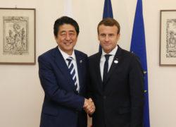 Shinzô Abe et Emmanuel Macron.