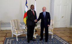 le président centrafricain et le président russe au Kremlin. Vente d'armes à la RCA et coopération.