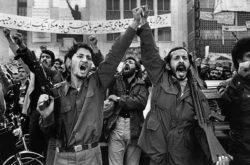 Deux hommes manifestent durant la révolution iranienne