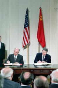 signature entre Gorbatchev et Reagan du traité FNI
