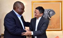 Poignée de main entre Cyril Ramaphosa, président de l'Afrique du Sud et Jack Ma, fondateur du champion de l'Internet chinoisd'Alibaba