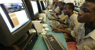 Jeunes africains connectés devant des ordinateurs