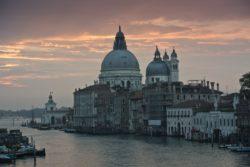 """Encombrée par les voyageurs, Venise est l'une des villes qui a pris le plus de mesures """"anti-touristes"""" au monde."""