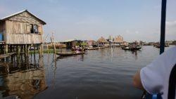 La cité de Ganvié se trouve sur le lac Nokoué. Les habitations sont en bois ou en bambou, et sur pilotis. Afin de circuler, les habitants doivent utiliser des pirogues.