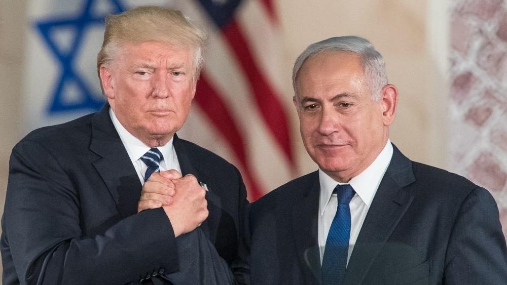 Donald Trump et Benjamin netanyahou se serrent la main