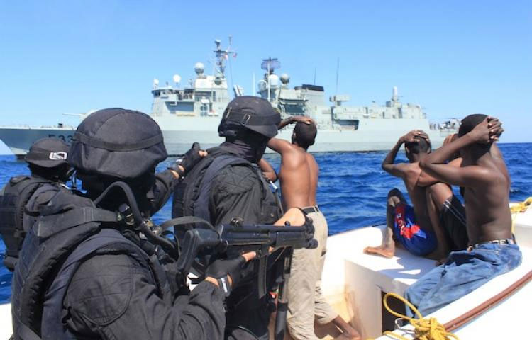 Des pirates et des militaires sur une embarcation, illustration de la piraterie maritime