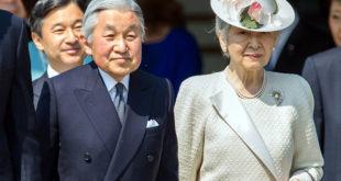 L'empereur Akihito et l'impératrice Michiko. Derrière, le prince héritier Naruhito.