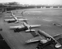 Avions américains à l'aéroport Tempelhof pendant le blocus de Berlin