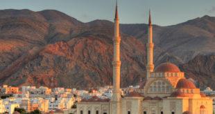 Le sultanat d'Oman s'appuie sur une géographie duale : un littoral verdoyant et paradisiaque, et un territoire intérieur en grande partie montagneux.