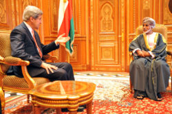 Le sultan d'Oman, Qaboos, lors d'une rencontre avec John Kerry, alors secrétaire d'État des États-Unis.