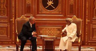 Le sultan d'Oman, Qaboos lors d'une rencontre avec le Premier ministre israélien Benyamin Netanyahou.