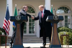 Jair Bolsonaro et Donald Trump se serrant la main.