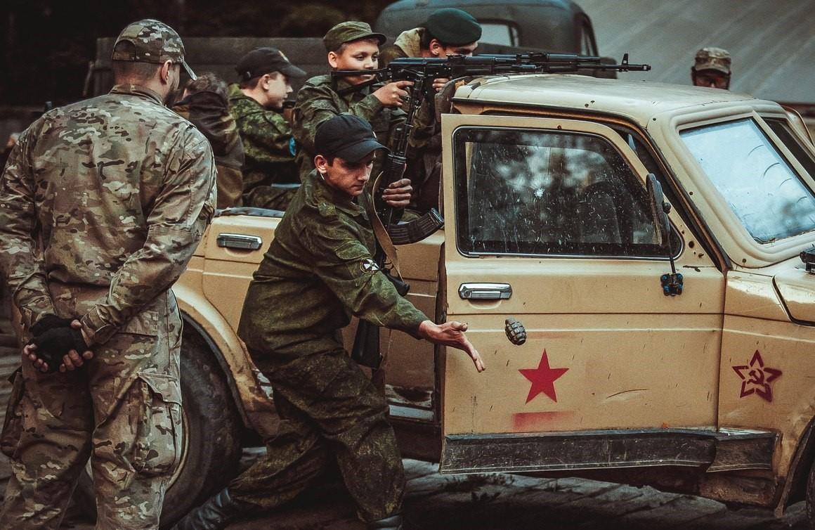 Instructeurs russes supervisant un entraînement