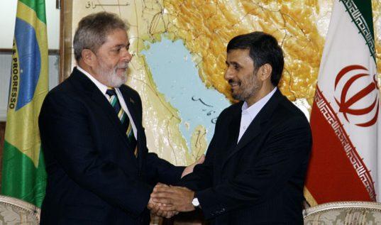 Le Président du Brésil, Lula, sert la main au Président Iranien, en 2010, à Téhéran.