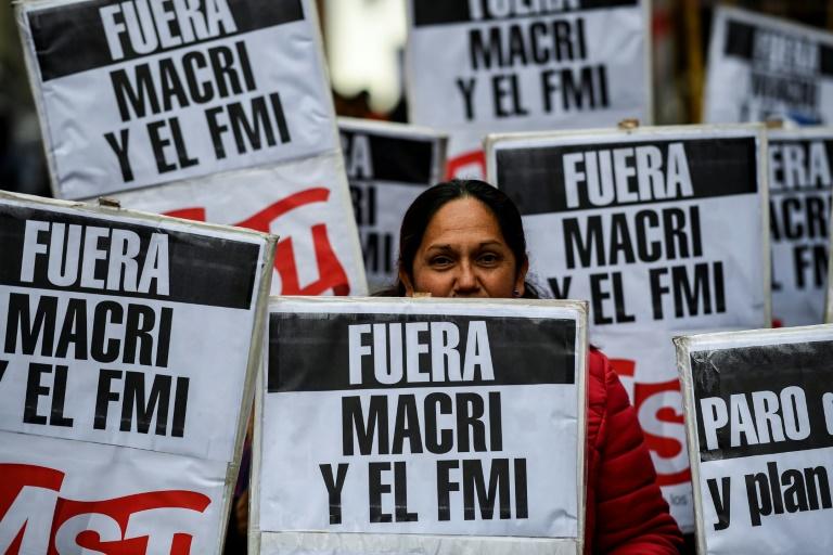"Manifestation en Argentine avec une pancarte ""Fuera Macri y el FMI"""