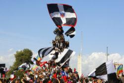 La Garra Blanca, barra du club Colo Colo, est présente dans toutes les mobilisations à Santiago (Chili).