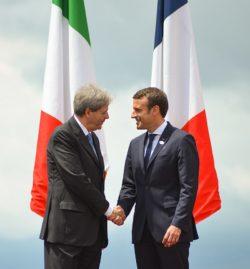 Emmanuel Macron et Paolo Gentiloni (2017) entretiennent des rapports complexes sur le dossier de la Libye.