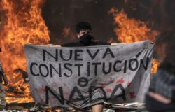 Au Chili, les manifestants demandent des modifications à une Constitution héritée de la dictature.