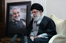 """L'ayatollah Khamenei a promis une """"vengeance implacable"""" aux responsables de la mort de Soleimani."""