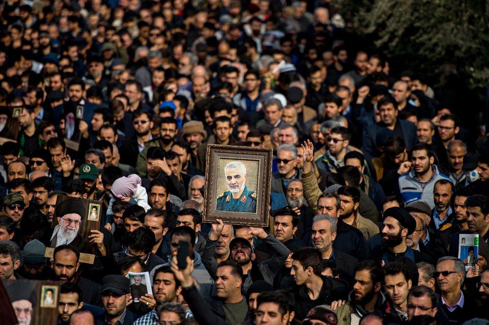 Des milliers d'irakiens ont assisté aux funérailles de Soleimani à Bagdad.