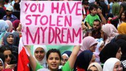 """""""Vous avez volé mes rêves"""", accuse une jeune libanaise lors des mouvements de protestation d'octobre 2019."""