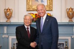 La visite de M. Trong à Washington est considérée comme un jalon historique car il a été le premier secrétaire général du PCV à mettre un pied aux États-Unis, ce qui représente une preuve de confiance mutuelle sans précédent entre les deux anciens ennemis.