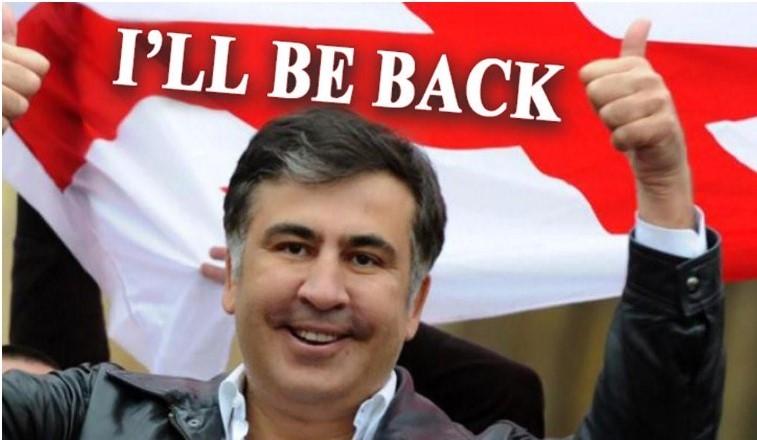 """Photo de la cyberattaque : Mikheil Saakachvili en premier plan et en arrière-plan un drapeau Géorgien contenant l'inscription : """"I'LL BE BACK"""""""