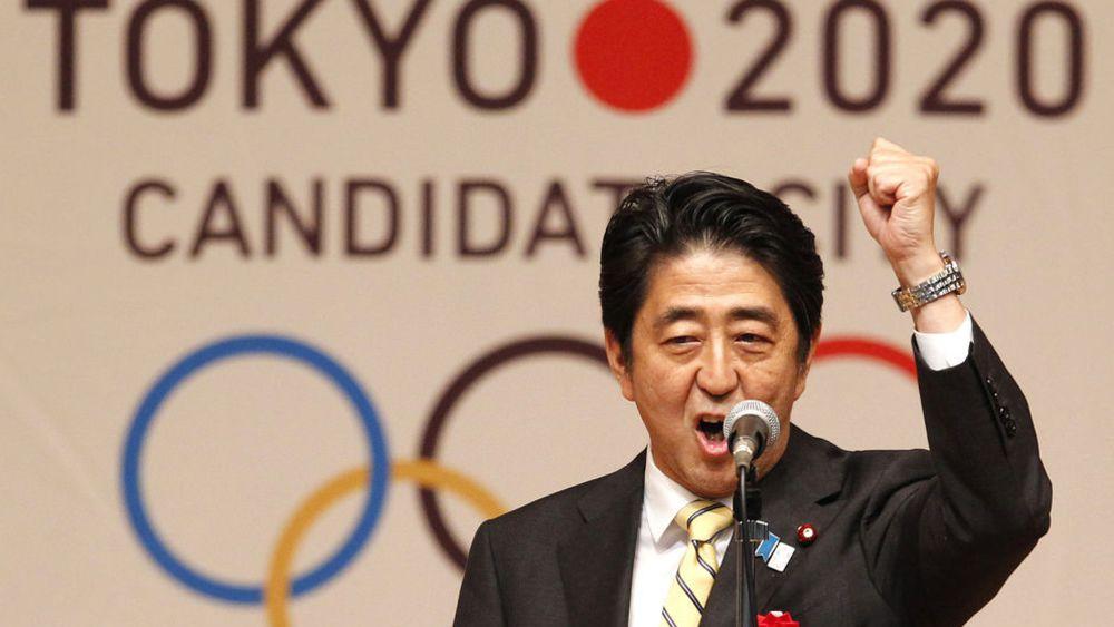 Shinzo Abe célébrant l'obtention des Jeux Olympiques 2020 par le Japon.