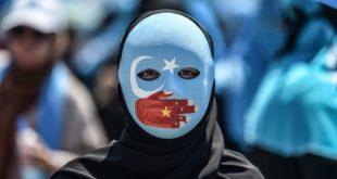 Un manifestant dénonce le sort réservé aux Ouïghours