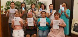Les femmes Ouïghours montrant des photos de leur proches incarcérés dans les camps de rééducations chinois.