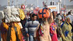 Travailleurs migrants indiens marchant vers leur ville natale