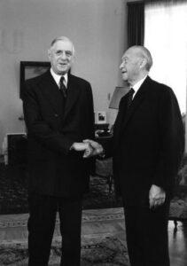 Le président C. De Gaulle sert à la main au chancelier K. Adenauer