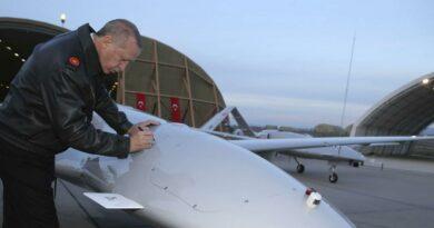 Le président turc, Erdogan, visite une base militaire où des drones Bayraktar TB2 y sont stationnés. Ce drone a rendu célèbre l'industrie de défense turque.